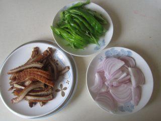 青椒洋葱炒牛肚丝,卤好的牛肚切成丝,准备好其他配料;