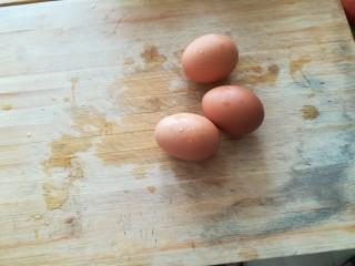 韭苔炒鸡蛋,准备三个鸡蛋