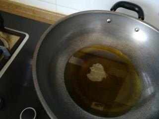 韭苔炒鸡蛋,起油锅