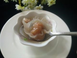 矾山特色小吃肉燕馄饨,包好放煮开水煮熟,汤放味精盐,特制胡椒粉,葱头酥,米醋调味,出锅放葱花即可,一碗酸辣味的肉燕馄饨就煮好了,