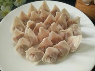 矾山特色小吃肉燕馄饨,包好吃不完放冰箱冷冻保存,要吃拿出来煮开水直接放煮熟即可,无须解冻,
