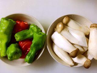 糖醋鸡腿菇(菌菇),两种食材分别清洗干净 青红椒去蒂去籽,备用