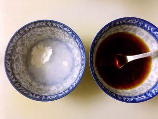 糖醋鸡腿菇(菌菇),两大勺生抽、一勺糖、一小勺醋和四大勺水调匀,用勺子搅拌至白糖溶化