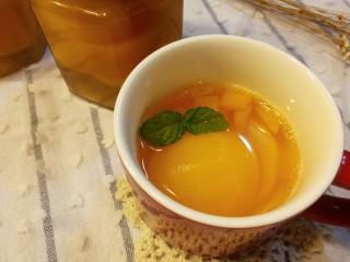 简单的黄桃罐头,装瓶。瓶子要事先煮好消毒(我是放入烤箱100度烤的)