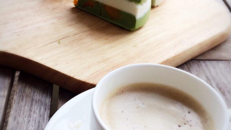抹茶酸奶双色吐司,配咖啡也不错。
