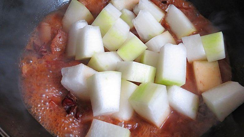 猪肉炖冬瓜粉条,放入冬瓜继续中火慢炖