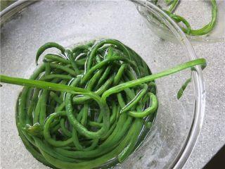 吃豇豆还用麻汁?快来试试这个--手撕豇豆,取一根从头一分为二撕开