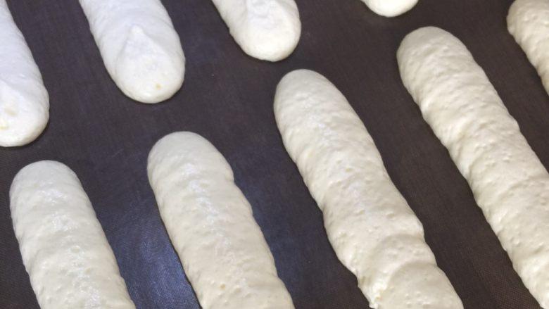 手指饼干装饰饼干辅食饼干,挤出长条 拉直裱即可