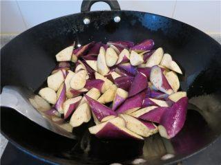颜值超高的红烧蚝油紫茄子,油热后将茄子放入翻炒