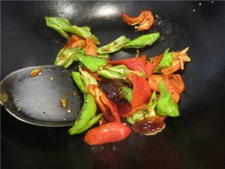 颜值超高的红烧蚝油紫茄子,放入切好的辣椒片放入蚝油快速翻炒