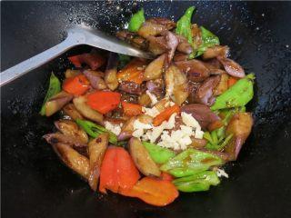 颜值超高的红烧蚝油紫茄子,最后放入大蒜碎翻拌几下就可以出锅了。