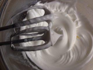 六寸可可戚风蛋糕,蛋清加入几滴柠檬汁之后,分三次加入糖,用电动打蛋器打至偏干性发泡,打蛋头有直立的小尖角
