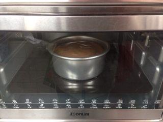 六寸可可戚风蛋糕,拌好的蛋糕糊从20cm左右的高度,倒入到六寸的阳极活底蛋糕模具里,在桌面上震出气泡,放入已经提前预热好上火135度下火150度的烤箱下层,烘烤60分钟左右
