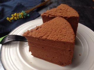 六寸可可戚风蛋糕,烘烤好的蛋糕立即取出,在桌面上震出热气,倒扣在晾架上,放凉再脱模切块