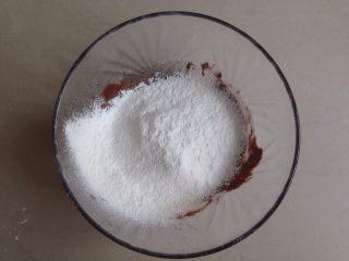 六寸可可戚风蛋糕,将过筛了一次的面粉再过筛进去