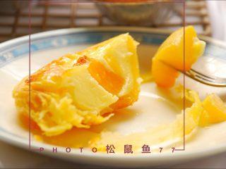烘焙小白零失败的——黄桃蛋挞,切开,内心软软嫩嫩。