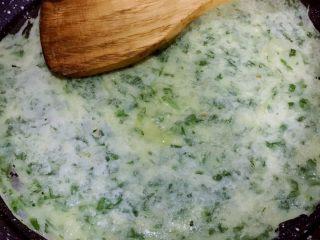 芹菜叶鸡蛋饼,在翻过来的饼当中位置也倒少许油