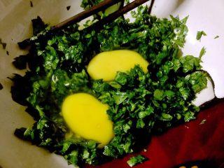 芹菜叶鸡蛋饼,磕入两个鸡蛋