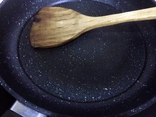 芹菜叶鸡蛋饼,用铲子背面将油均匀抹开,使锅底有薄薄的一层油