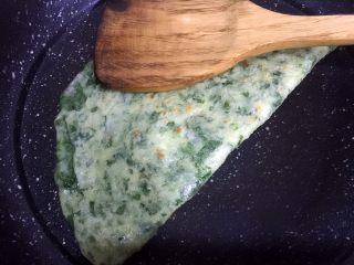 芹菜叶鸡蛋饼,翻几次面后,烙至金黄色,用铲子将圆饼对折