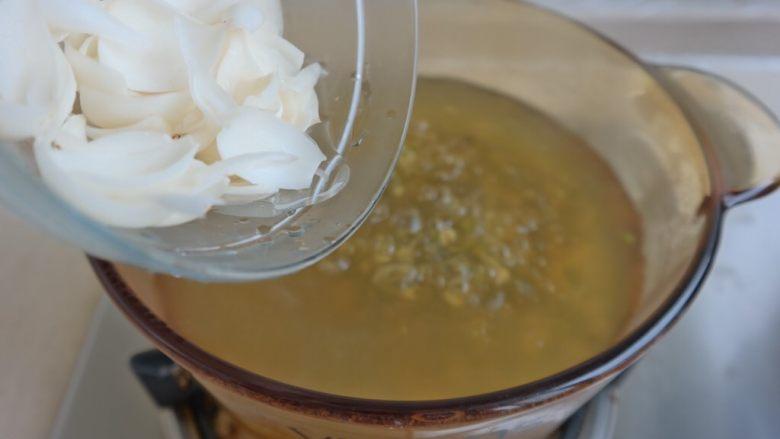 夏日消暑甜汤,煮15分钟倒入百合 与 冰糖 盖上盖子在煮15分钟