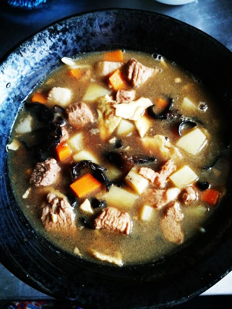 山西臊子面,然后浇上刚才做好的汤底。