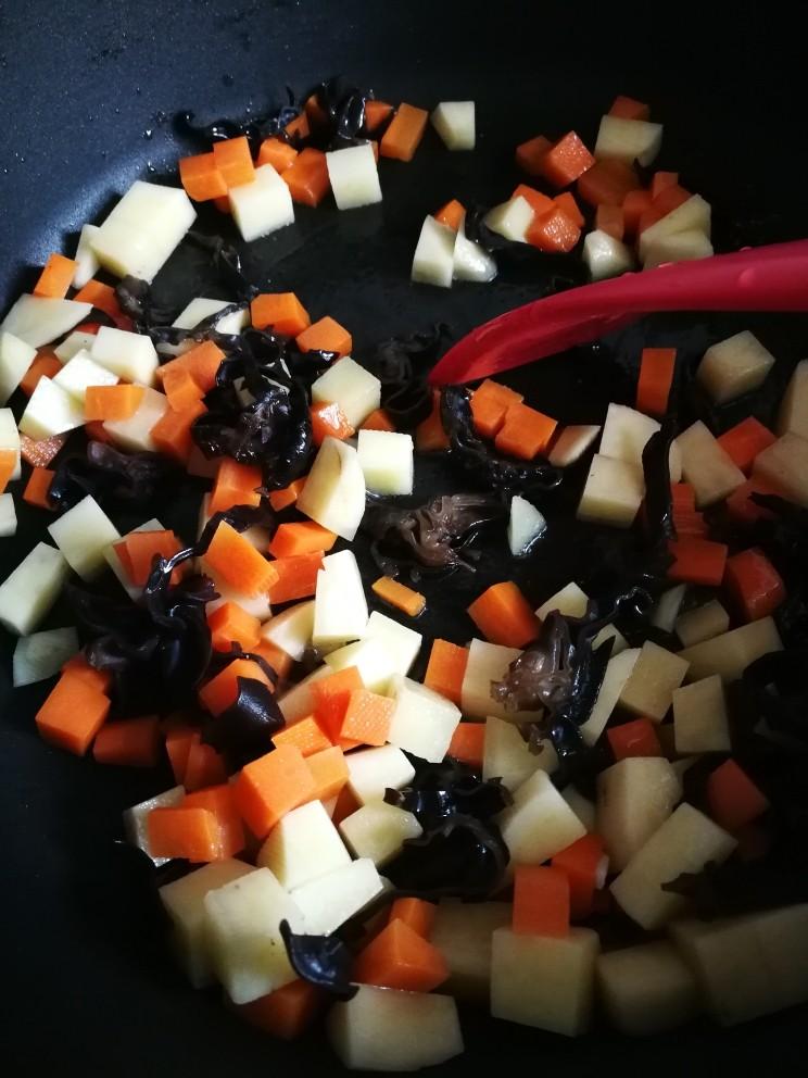 山西臊子面,开始做素臊子。油锅热后,依次下之前准备好的土豆丁胡萝卜丁木耳丝翻炒,最后下蛋皮。加适量盐调味。(其实素臊子必须有五种颜色红黄白黑绿,分别代表黑白分明,富贵,红红火火,生机勃发)因为忘记买白色的豆腐,所以就蛋皮代表白吧,土豆代表黄了,哈哈,其实我觉得放土豆好吃,一般是放黄花菜的,可惜都忘记买了😱,还有绿色,正宗的是放韭菜和蒜苗,本人用葱段代替了哈😄