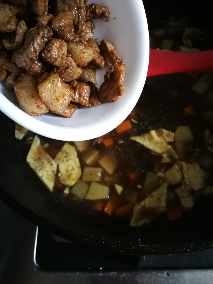 山西臊子面,再倒入之前做好的肉臊子一同煮开。
