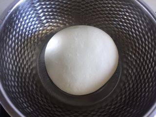 鲜肉包子,面包桶里先放入液体,盐和糖对角放,倒入面粉挖个小坑放入干酵母,再用面粉盖住,面包机启动揉面功能揉成光滑的面团,放在一个容器里蒙上保鲜膜放在温暖处进行发酵。