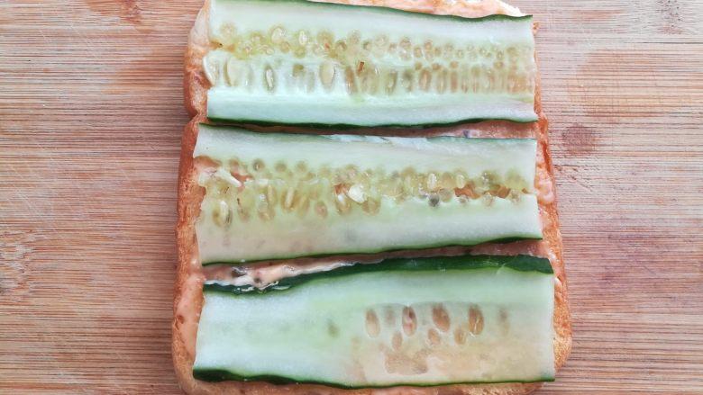 培根芝士三明治,铺上黄瓜片