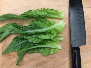 杂蔬饭团一让你孩子爱上吃饭,洗干净的油麦菜叶四片