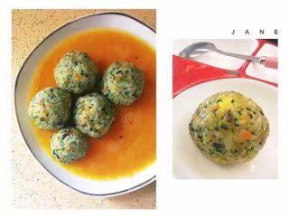 杂蔬饭团一让你孩子爱上吃饭,因为每次的菜都不一样,你可以用红萝卜,西兰花,淮山,木耳,猪肉,鸡肉,各种宝宝爱吃的,不爱吃的,只要不相冲都可以这样兑在里面。过程是不变的,炒好,加虾蓉,(网上还有鱼蓉之类的口味),然后搓圆。 又或者,像图片这样的,让搓好的饭团粘上蛋液,上平底锅煎,样子就好看些。
