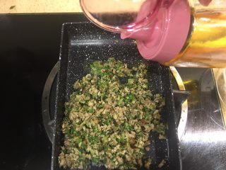 杂蔬饭团一让你孩子爱上吃饭,放点油去炒一下,青菜很快熟的,一点点油就好啦(用的这个锅是我做玉子的锅,为什么用它呢,是觉得量少,为了控制油量,你可以用任何的烹饪工具,能熟就好哈)
