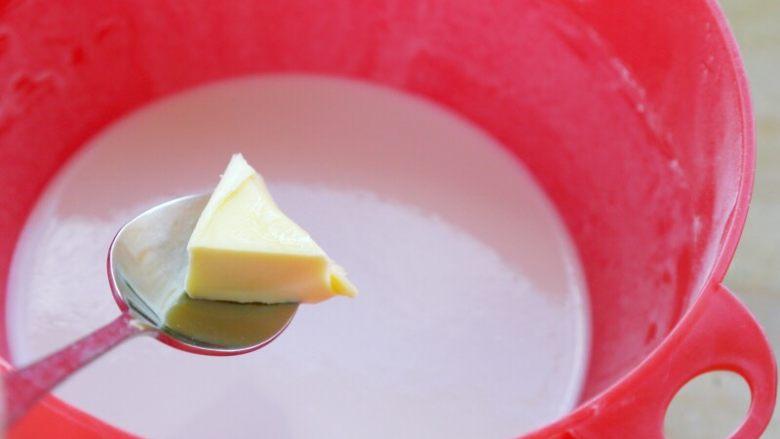 奥利奥夹心牛油果冰淇淋口味雪媚娘,2.再加入10克<a style='color:red;display:inline-block;' href='/shicai/ 887'>黄油</a>,盖上盖,放入微波炉高火打2分钟。