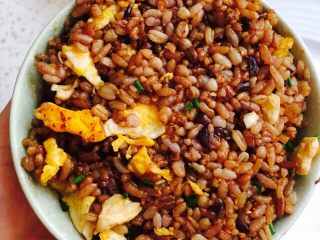 粗粮蛋炒饭,把米饭放入小碗中