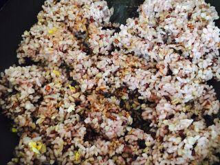 粗粮蛋炒饭,把粗粮米饭放入锅中,记住一定要开中火,防止粘锅
