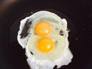 粗粮蛋炒饭,把鸡蛋直接打入锅中