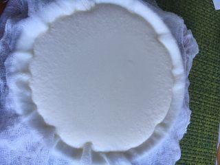 家庭版奶油奶酪,倒进垫了纱布的碗里