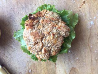 至珍全虾堡,放上烤好的虾排(喜欢吃番茄酱的可以在放完虾排以后再加一层)