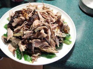 山东烧鸡,鸡腿待凉之后撕成条状鸡丝。小黄瓜过水洗去盐分后铺底,放上鸡丝。