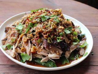 山东烧鸡,淋上调味料,洒上一些香菜即完成「山东烧鸡」。