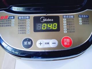 蔓越莓吐司面包,继续启动面包机自动和面40分钟。 40分钟结束后,这时面团已经有不容易破的手套膜,进行发酵模式,室温发酵也可以。我是用面包机自动发酵功能一个半小时。