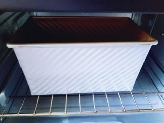蔓越莓吐司面包,送进烤箱进行二次发酵,40度醒发40分钟。 冬天可以再烤网下面放一碗开水,夏天不用。
