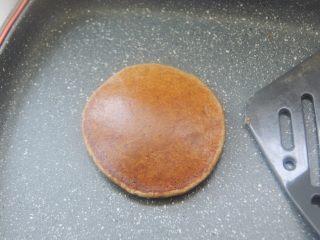 【燕麦香蕉Pancake】(素食低脂版),翻面的时候铲子要快一点,基本把整个面饼铲到再迅速翻面。翻面后再小火加热1到2分钟到面饼熟了就做好啦