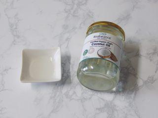 【燕麦香蕉Pancake】(素食低脂版),椰子油有一股椰香味,加一点点就特别香!推荐大家买一瓶特别适合做甜点用,没有椰子油可用其他食用油代替。