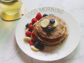 【燕麦香蕉Pancake】(素食低脂版),我加了蓝莓树莓和香蕉