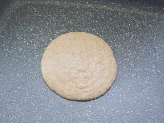 【燕麦香蕉Pancake】(素食低脂版),小火热锅,倒入一勺面糊,勺子保持不动让面糊自由倒入平底锅中,面糊会慢慢摊开成一个圆形。