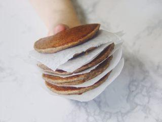 【燕麦香蕉Pancake】(素食低脂版),(2) 可以一次多做几份,冷却后用烘焙纸把它们一个个隔开,再放到保鲜袋里冷冻保存,下次要吃的时候拿出几片室温解冻或微波炉加热一下就可以直接吃啦!!