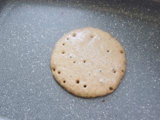 【燕麦香蕉Pancake】(素食低脂版),小火慢慢加热,待面糊表面有很多小气孔形成,不均匀分布整个面饼,就可以用铲子翻面了