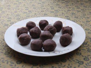 豆沙包,豆沙搓成约20克一个的圆形小球,备用。